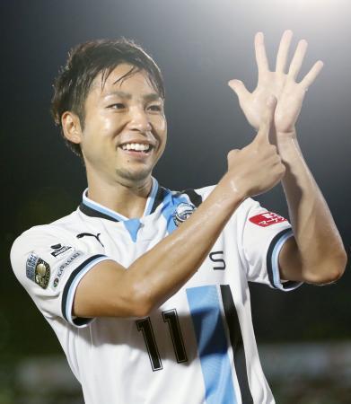 湘南―川崎 後半、3点目のゴールを決め喜ぶ川崎・小林=BMWスタジアム