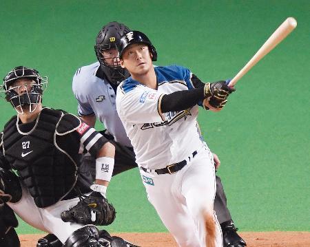 6回日本ハム1死二塁、中田が左中間に勝ち越しの二塁打を放つ。捕手細川=札幌ドーム