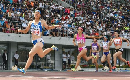 女子200メートル決勝 23秒60で優勝した倉敷中央の斎藤愛美(左端)=シティライトスタジアム