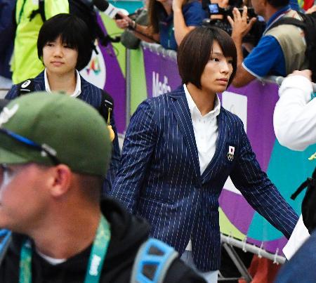 リオデジャネイロの国際空港に到着した、柔道女子日本代表の松本薫と中村美里(左上)=1日(共同)