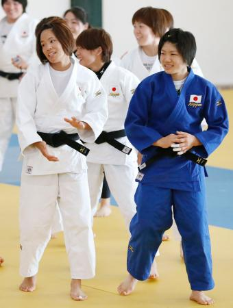 リラックスした表情で調整する松本薫(手前左)、中村美里(同右)ら=リオデジャネイロ(共同)