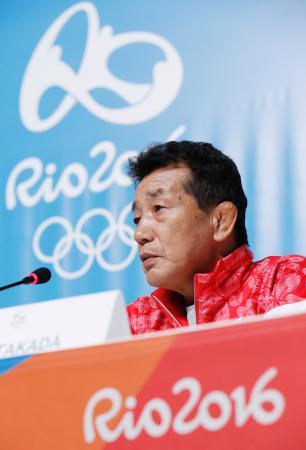 記者会見で質問に答える日本選手団の高田裕司総監督=1日、リオデジャネイロ(共同)