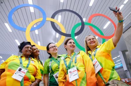 南米初開催となるリオデジャネイロ五輪。開幕を控え、玄関口となる国際空港のロビーには大きな五輪マークが設置され、旅行者やボランティアが記念撮影を楽しんでいた=1日(共同)