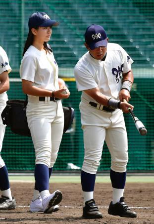 ユニホームを着て練習を補助する大分高の女子マネジャー・首藤桃奈さん=2日、甲子園球場