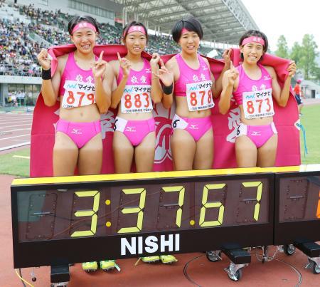 女子1600メートルリレーを3分37秒67の高校新で優勝し、笑顔でポーズをとる東大阪大敬愛の(左から)戸谷温、川田、戸谷湧、佐々木=シティライトスタジアム