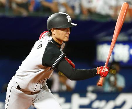9回阪神1死満塁、大和が右前に2点打を放つ=横浜