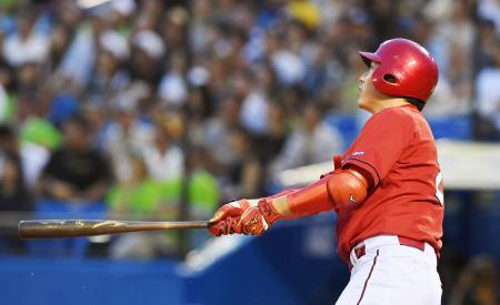 2回広島無死一塁、新井が通算300本塁打となる先制2ランを中越えに放つ=神宮