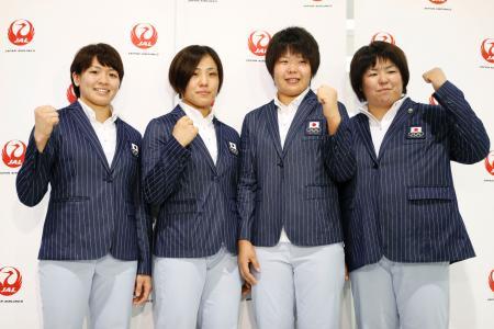 リオ五輪へ向け出発する前、ポーズをとる柔道女子代表の(左から)田代未来、田知本遥、梅木真美、山部佳苗=3日午後、成田空港