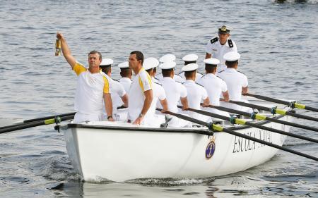 五輪開幕を前に、ボートでリオデジャネイロに運ばれた聖火=3日(共同)