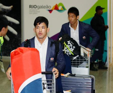 リオデジャネイロの国際空港に到着した柔道男子の大野将平(左)と永瀬貴規=リオデジャネイロ(共同)