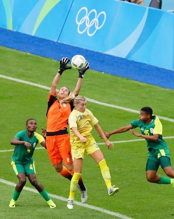 リオ五輪の競技がスタート。サッカー女子・スウェーデン―南アフリカ戦で競り合う選手たち=3日、リオデジャネイロの五輪スタジアム(共同)