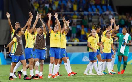 中国に勝利し、サポーターの声援に応えるブラジルイレブン=リオデジャネイロ(共同)