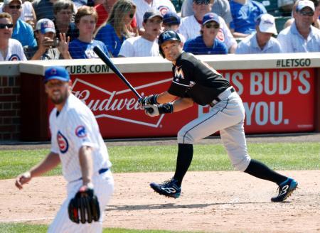 カブス戦の7回、代打で遊飛に倒れるマーリンズのイチロー。投手ラッキー=シカゴ(共同)