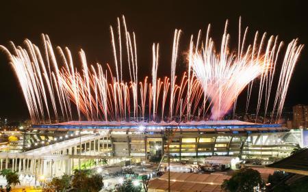 開会式を5日に控えた夜のマラカナン競技場。リハーサルの花火が打ち上げられた=3日、リオデジャネイロ(共同)