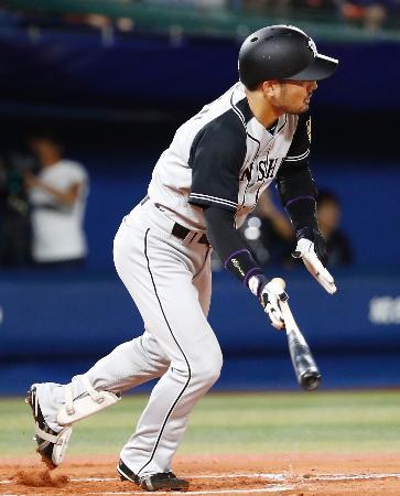 10回阪神2死満塁、狩野が中前に適時打を放つ=横浜