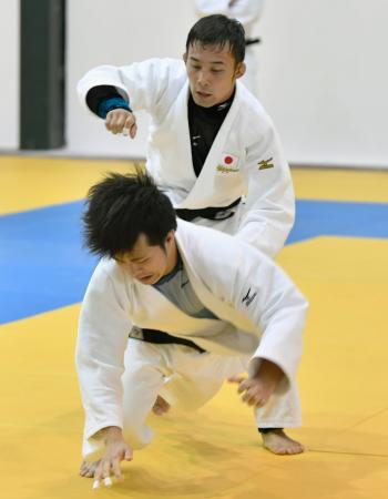 練習する高藤直寿(上)=リオデジャネイロ(共同)