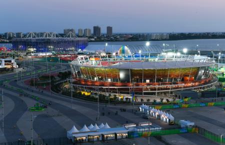 日が沈み、ライトアップされた五輪公園。手前は五輪テニスセンター、左奥は五輪水泳競技場=4日、リオデジャネイロ(共同)