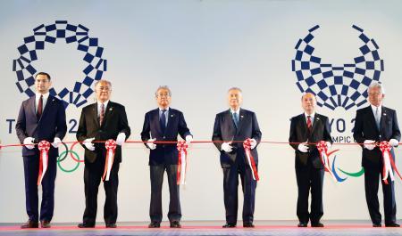 「ジャパンハウス」のオープニングセレモニーでテープカットするJOCの竹田恒和会長(左から3人目)、2020年東京五輪・パラリンピック組織委の森喜朗会長(同4人目)。左端は室伏広治氏=4日、リオデジャネイロ(共同)