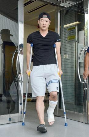 鳴尾浜球場の施設でトレーニングを行った阪神・西岡=5日、兵庫県西宮市