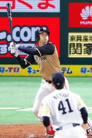 3回日本ハム無死一塁、大谷が左越えに2ランを放つ。投手千賀=ヤフオクドーム