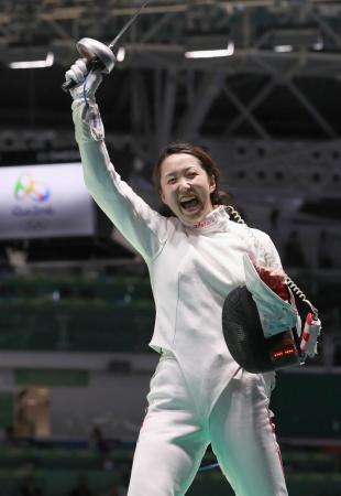 女子エペ個人 2回戦でロシア選手を破り、喜ぶ佐藤希望=リオデジャネイロ(共同)