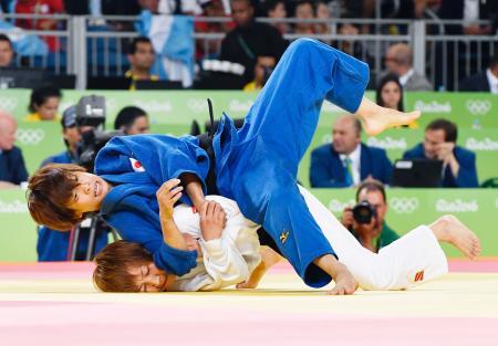 女子48キロ級3位決定戦 モンゴル選手(下)を攻める近藤亜美=リオデジャネイロ(共同)