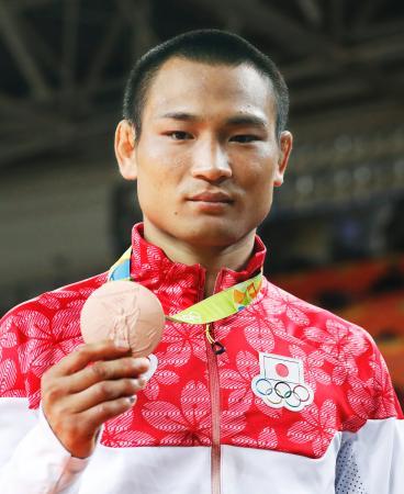 男子66キロ級で3位となり、銅メダルを掲げる海老沼匡=リオデジャネイロ(共同)