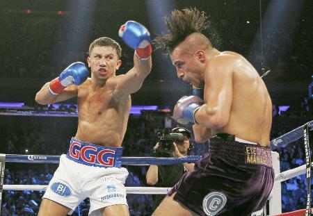 ボクシング世界戦でデービッド・ルミュー(右)を攻めるゲンナジー・ゴロフキン=17日、ニューヨーク(AP=共同)