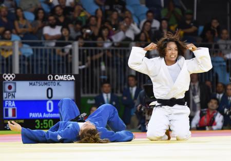 女子57キロ級準々決勝 フランス選手(左)を破りガッツポーズの松本薫=リオデジャネイロ(共同)