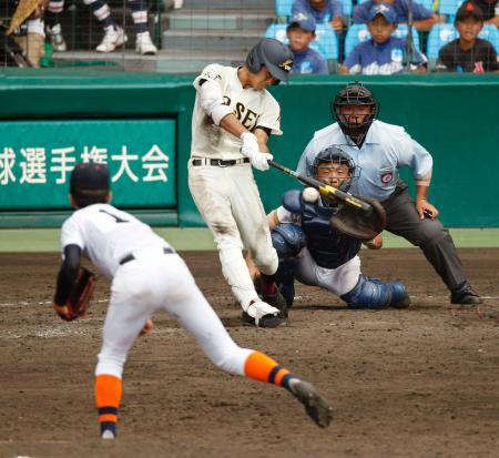 市尼崎―八戸学院光星 10回表八戸学院光星2死満塁、田城が一塁強襲の決勝内野安打を放つ。投手平林、捕手谷尻=甲子園