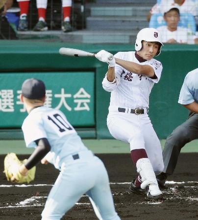 近江―常総学院 1回表常総学院1死一、二塁、花輪が左前に先制打を放つ。投手深田=甲子園