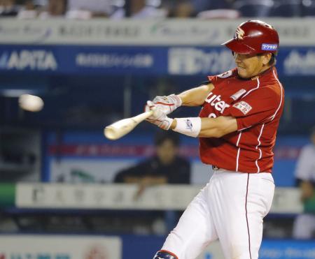 8回楽天2死二塁、藤田が右中間に勝ち越しの三塁打を放つ=QVC