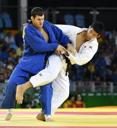 男子81キロ級3位決定戦 ジョージア選手(左)を破り銅メダルの永瀬貴規=リオデジャネイロ(共同)