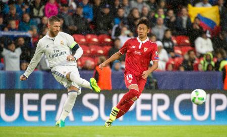 欧州スーパーカップのレアル・マドリード戦でプレーするセビリアの清武(右)=トロンヘイム(AP=共同)
