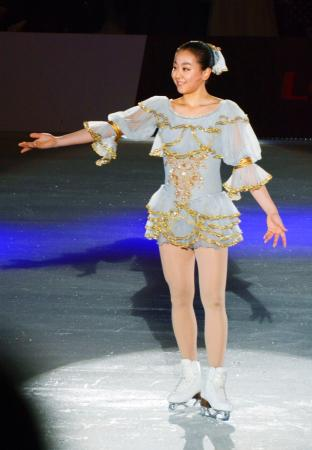 フィギュアスケートのアイスショー「ザ・アイス」北九州公演で、演技を披露する浅田真央=10日、北九州市の西日本総合展示場
