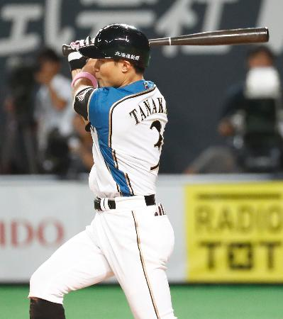 11回日本ハム2死一、二塁、田中賢がサヨナラの失策を誘う一ゴロ放つ=札幌ドーム