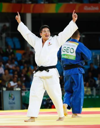男子90キロ級決勝 ジョージアのバルラム・リパルテリアニ(右)を破り金メダル獲得を決め、両手を突き上げて喜ぶベイカー茉秋=リオデジャネイロ(共同)