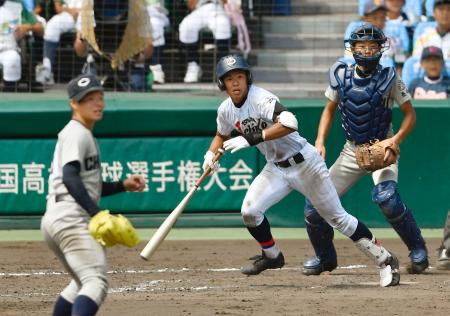 富山第一―中越 9回裏富山第一1死二塁、河原が左中間にサヨナラ二塁打を放つ。投手今村、捕手広川=甲子園