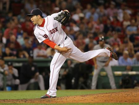 ヤンキース戦の8回に投げるレッドソックスの田沢=10日、ボストン(ゲッティ=共同)