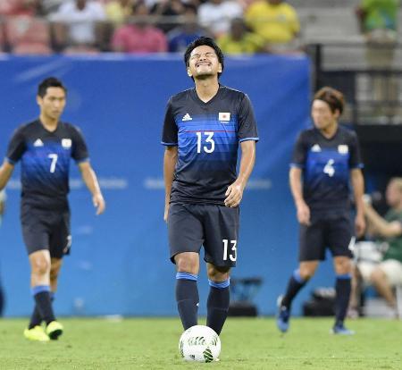 日本―ナイジェリア 前半、2点目を奪われ悔しがる興梠=マナウス(共同)