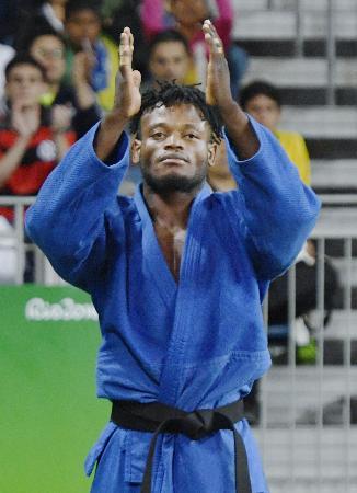 男子90キロ級の3回戦で敗れ、観客の大声援に応える「難民五輪選手団」のポポル・ミセンガ=リオデジャネイロ(共同)
