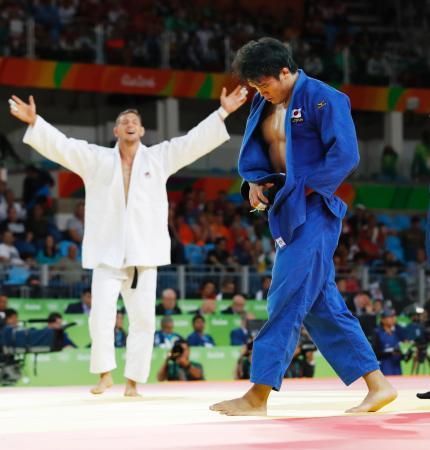 男子100キロ級準々決勝 チェコ選手(左)に敗れた羽賀龍之介=リオデジャネイロ(共同)
