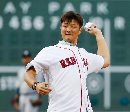 レッドソックス―ヤンキース戦前に始球式を務める岡島秀樹投手=11日、ボストン(AP=共同)