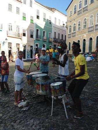 エネルギッシュなサンバのビートを奏でる若者たち(共同)