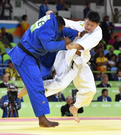 男子100キロ超級準々決勝 キューバ選手(左)を破り準決勝進出の原沢久喜=リオデジャネイロ(共同)