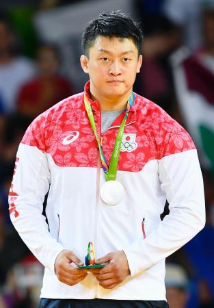 男子100キロ超級で2位となり、銀メダルを胸にする原沢久喜=リオデジャネイロ(共同)