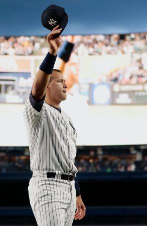 引退試合前のセレモニーで、帽子を取って観客の声援に応えるヤンキースのロドリゲス=ニューヨーク(共同)
