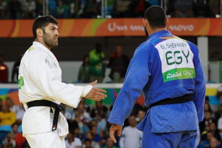 柔道男子100キロ超級で試合後にイスラエルのサソン選手(左)の握手を拒むエジプトのエルシェハビ選手=12日、リオデジャネイロ(AP=共同)