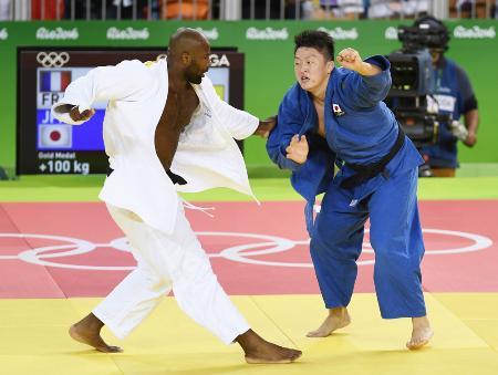 男子100キロ超級でリネール(左)に敗れた原沢久喜(共同)