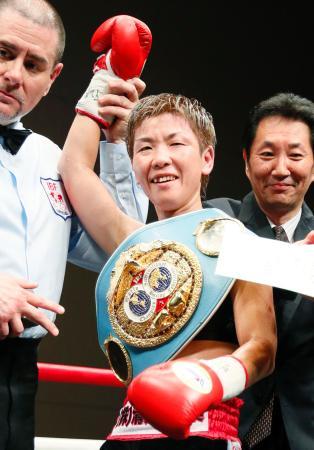 判定勝ちで5度目の防衛に成功して喜ぶ柴田直子=草加市文化会館ホール